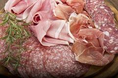 各种各样的意大利蒜味咸腊肠 免版税库存照片