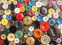 各种各样的按钮的汇集在黑暗的背景的 免版税库存照片