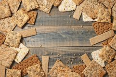 各种各样的整个五谷小面包干薄脆饼干 库存图片