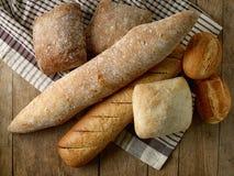 各种各样的新近地被烘烤的面包小圆面包 免版税库存图片