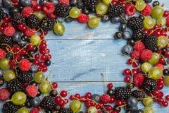 各种各样的新鲜的夏天莓果 顶视图 莓果混合果子颜色食物点心莓果 抗氧剂,戒毒所饮食,有机果子 免版税库存图片