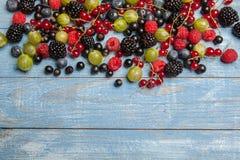 各种各样的新鲜的夏天莓果 顶视图 莓果混合果子颜色食物点心莓果 抗氧剂,戒毒所饮食,有机果子 库存图片