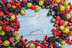 各种各样的新鲜的夏天莓果 顶视图 莓果混合果子颜色食物点心莓果 抗氧剂,戒毒所饮食,有机果子 免版税库存照片