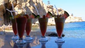 各种各样的新鲜的异乎寻常的鸡尾酒或汁液在玻璃与秸杆在海滩酒吧 埃及,红海 影视素材