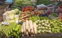 各种各样的新鲜蔬菜在市场上 库存照片