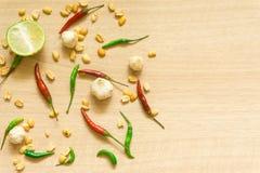 各种各样的新鲜蔬菜辣椒粉、花生、在木背景和草本顶视图隔绝的大蒜、柠檬 免版税图库摄影
