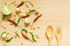 各种各样的新鲜蔬菜辣椒粉、花生、在木背景和草本顶视图隔绝的大蒜、柠檬 库存照片