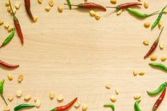 各种各样的新鲜蔬菜辣椒粉、花生、在木背景和草本顶视图隔绝的大蒜、柠檬 库存图片