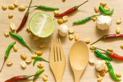 各种各样的新鲜蔬菜辣椒粉、花生、在木背景和草本顶视图隔绝的大蒜、柠檬 图库摄影