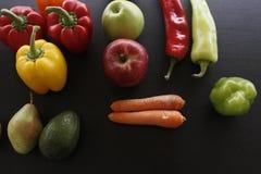各种各样的有机水果和蔬菜 免版税库存图片