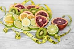 各种各样的果子和测量的磁带 免版税库存照片