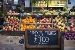 各种各样的果子在自治市镇市场上的待售 免版税库存图片