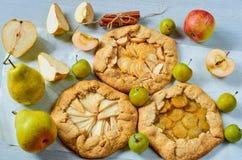 各种各样的果子馅饼装饰用香料-在灰色具体背景的肉桂条 素食健康galette 免版税库存照片