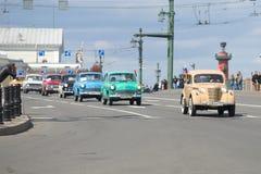 各种各样的模型苏联汽车` Moskvich `的专栏在宫殿桥梁的 第三次每年减速火箭的运输游行在圣彼德堡 免版税库存照片