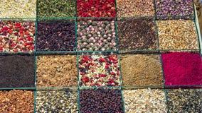 各种各样的清凉茶和果子茶在土耳其香料义卖市场在伊斯坦布尔 免版税图库摄影