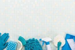 各种各样的清洁工具和瓦片 免版税库存照片