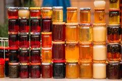 各种各样的瓶子用甜鲜美美味的果酱 由核桃做的果酱, 库存照片