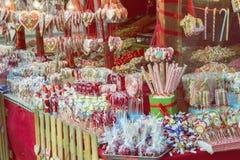 各种各样的甜点、糖果和棒棒糖在街市3上 图库摄影
