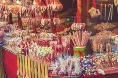 各种各样的甜点、糖果和棒棒糖在街市4上 免版税图库摄影