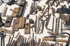 各种各样的生锈的葡萄酒金属工具 免版税库存照片