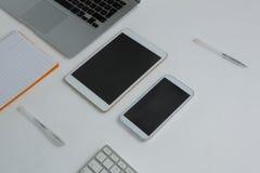 各种各样的电子小配件和书在白色背景 库存图片