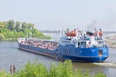 各种各样的石油产品的运输的驳船结果 库存图片