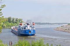 各种各样的石油产品的运输的驳船结果 免版税图库摄影