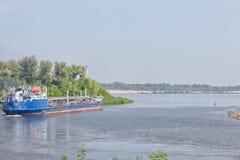 各种各样的石油产品的运输的驳船结果 库存照片