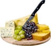 各种各样的种类乳酪、葡萄、面包和刀子 库存图片