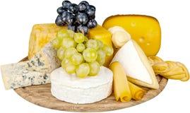 各种各样的种类乳酪和葡萄在木 免版税图库摄影