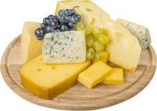 各种各样的种类乳酪和葡萄在木 免版税库存照片