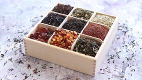 各种各样的种类在木箱的干茶 股票录像