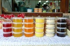 各种各样的种类果酱和切的面包出售的在Sriyan市场上, 免版税库存照片