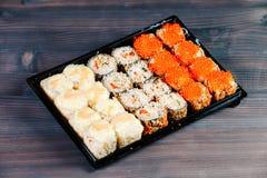 各种各样的种类热的油煎的寿司卷在桌上服务 宏观射击 免版税库存图片