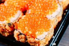 各种各样的种类热的油煎的寿司卷在桌上服务 宏观射击 库存图片