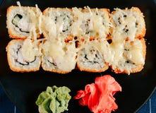 各种各样的种类热的油煎的寿司卷在桌上服务 库存照片