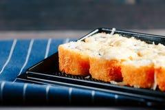 各种各样的种类热的油煎的寿司卷在桌上服务 图库摄影