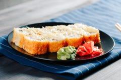 各种各样的种类热的油煎的寿司卷在桌上服务 免版税库存图片