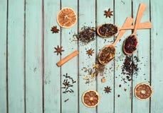 各种各样的种类茶和香料在木匙子在破旧的别致 免版税库存照片