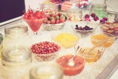 各种各样的种类选择聚焦在玻璃的甜食物,在糖果店 免版税库存图片