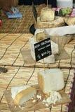 各种各样的种类乳酪在一个地方市场上 库存照片