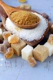 各种各样的种类糖,褐色,白色和提炼 免版税库存照片