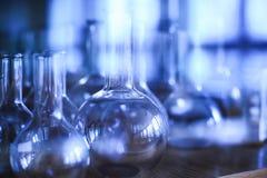 各种各样的空的实验室玻璃器皿在碗柜 免版税库存照片