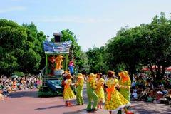 各种各样的童话和漫画人物东京迪斯尼乐园梦想欢悦游行  免版税图库摄影