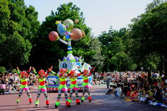各种各样的童话和漫画人物东京迪斯尼乐园梦想欢悦游行  免版税库存照片