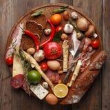各种各样的粮食的构成在一张木桌上的 顶视图 库存图片