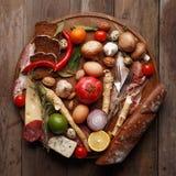 各种各样的粮食的构成在一张木桌上的 顶视图 免版税库存照片