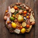 各种各样的粮食的构成在一张木桌上的 顶视图 免版税库存图片