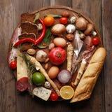 各种各样的粮食的构成在一张木桌上的 顶视图 图库摄影