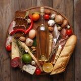 各种各样的粮食的构成在一张木桌上的 r 库存照片